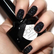 black pots nails